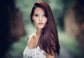 Обои кареглазая, портрет, веснушки, длинные волосы
