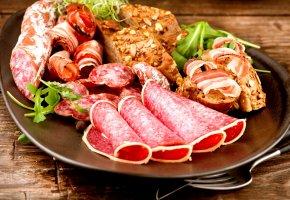 Обои блюдо, роллы, колбаса, мясо, хлеб, зелень