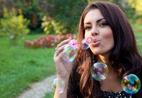 Обои девушка, мыльные пузыри, губки, красавица, глазки, личико