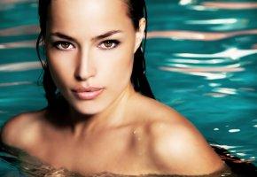 Обои девушка, взгляд, лицо, глаза, мокрая, волосы, вода