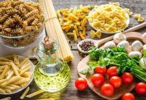 Обои стол, лопатка, графин, масло, зелень, шампиньоны, грибы, макароны, перец