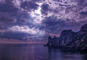Обои море, пляж, скалы, тучи, солнечные лучи