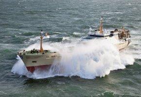 Обои корабль, волны, брызги, океан, море, стихия