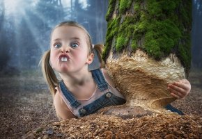 Обои девочка, зубы, бобер, дерево, стружка, косички