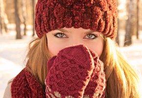 Обои девушка, глазки, холодно, рукавички, шляпка, зима, блондинка