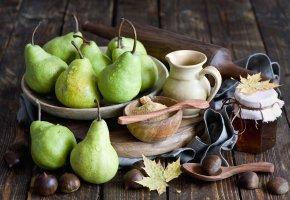 Обои груши, фрукты, мед, баночка, каштаны, листья, осень, натюрморт
