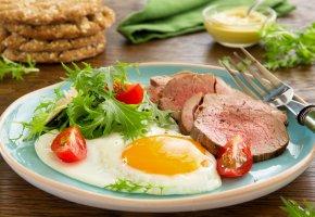Обои яичница, помидоры, глазунья, мясо, зелень, вилка