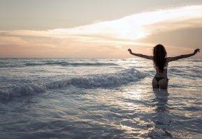 Обои волны, свобода, в воде, девушка, радость, закат