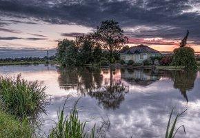 Обои озеро, пруд, дом, деревья, рассвет
