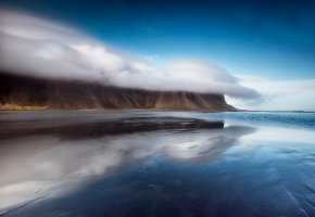 Обои горы, отражение, облака, вода, берег, песок