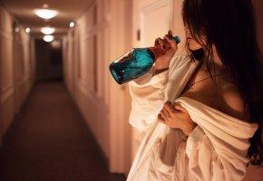 Обои отель, девушка, бутылка, халат, отдых, выпивка, волосы