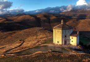 Обои церковь, италия, холмы, облака, небо, трава