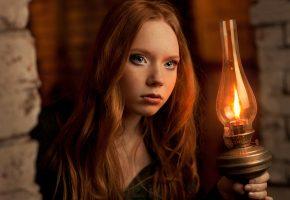 Обои рыжеволосая, портрет, лампа, свет, красивая, глаза, веснушки