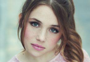 Обои портрет, взгляд, лицо, губы, глаза, веснушки
