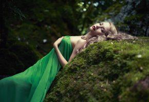Обои лес, камень, мох, девушка, губки, платье, зеленое, макияж