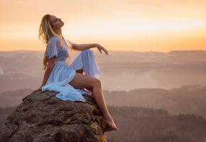 Обои ножки, девушка, закат, камень, высота, даль, пейзаж, платье