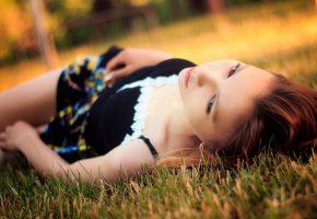 Обои девушка, отдыхает, трава, платье, личико, волосы