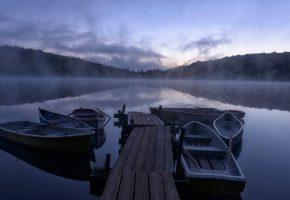 Обои озеро, утро, пристань, лодки, туман, весла, лес