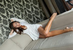 Обои модель, девушка, позирует, рубашка, ножки, кровать, волосы