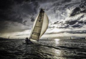 Обои яхта, парус, регата, облака, солнце, лучи, море