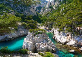 Обои горы, скалы, речка, зелень, растительность, деревья