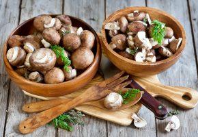 Обои грибы, шампиньоны, портобелло, миски, нож, вилка, ложка, укроп