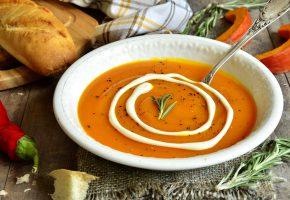 Обои суп-пюре, тыква, сметана, тарелка, розмарин, перец, хлеб