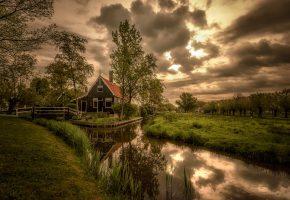 Обои дом, ручей, небо, облака, трава