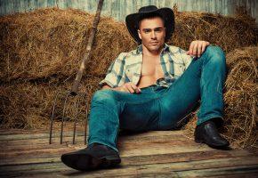 Обои парень, ковбой, шляпа, джинсы, рубашка, сено, вилы
