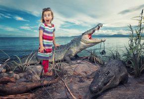 Обои девочка, крокодилы, удивление, ужас, ситуация