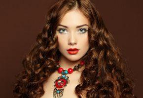 Обои девушка, макияж, помада, взгляд, волосы, кудри, украшения, платье, фон