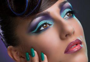 Обои девушка, макияж, карие глаза, тени, ресницы, губы, прическа, рука, маникюр