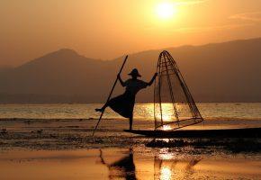Обои рыбак, утро, лодка, снасть, горы