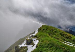 Обои гора, высота, облака, туман, снег