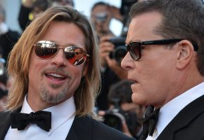 Обои Рэй Лиотта, Ray Liotta, Брэд Питт, Brad Pitt, очки, лица, улыбки, бабочка, костюм, церемония, актеры