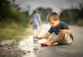 Обои мальчик, дорога, лужа, брызги, игра