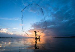 Обои море, утро, рассвет, лодка, рыбаки, сеть