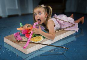 Обои девочка, конфеты, сладкоежка, мышеловка, ситуация