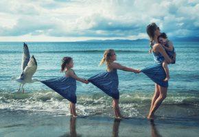 Обои девочки, мама, дети, чайка, берег, прибой