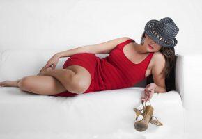 Обои девушка, поза, кровать, платье, красное, шляпа, ножки, туфли