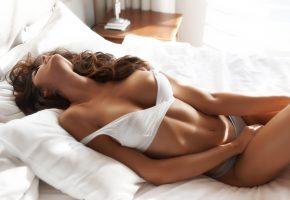 Обои девушка, брюнетка, модель, шейка, фигура, поза, лежит, белье, кровать, подушки