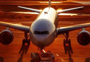 Обои Airbus, самолёт, крылья, аэропорт, рассвет