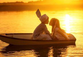Обои дети, поцелуй, романтика, друзья, лодка, закат, река
