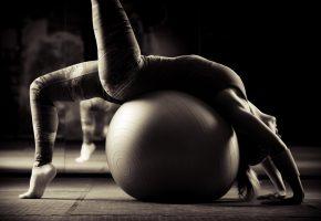 Обои ball, training, девушка, мяч, зал, упражнение, фигура