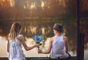 Обои мальчик, девочка, цветы, свидание, озеро, причал