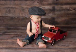 Обои мальчик, машина, малыш, кепка, галстук