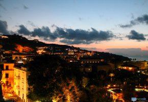 Обои ночь, Италия, здания, огни, горы, oboitut.com, облака, деревья