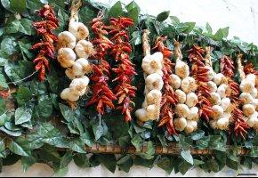 Обои чеснок, перец, красный, oboitut.com, огонек, листья;