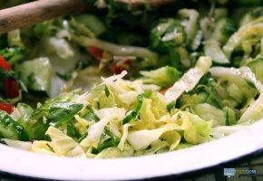Обои Салат, тарелка, капуста, oboitut, огурцы, зелень