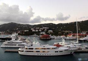 Обои корабль, яхта, парусник, порт, дома, oboitut, горы, небо